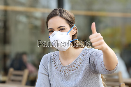 mujer haciendo pulgares hacia arriba usando