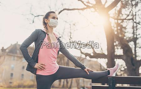 mujer con mascara facial estirada en