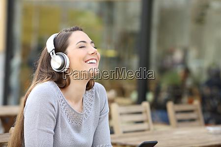 mujer feliz respirando aire fresco escuchando