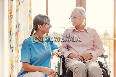 cuidador con mujer mayor en casa