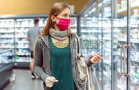 mujer en compras de supermercados en