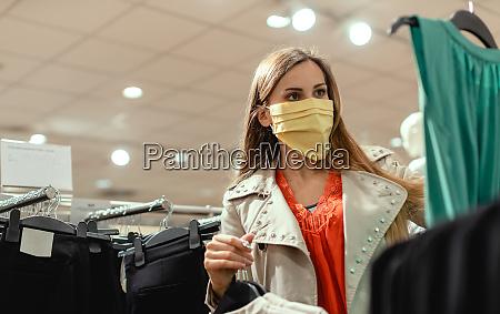 mujer comprando en la tienda de
