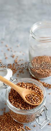 grano de trigo sarraceno seco crudo
