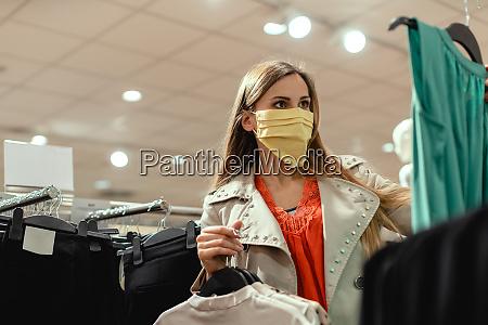 mujer de compras en tienda de