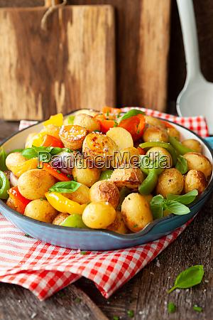 patatas al horno con verduras