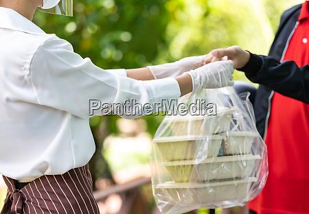 entrega hombre recoger pedido de comida
