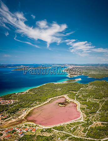 vista aerea de un lago rosado
