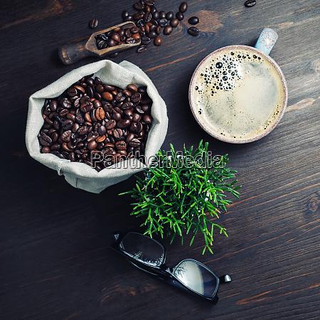 taza de cafe granos de cafe