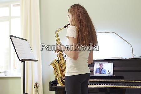 chica tomando leccion de saxofon en