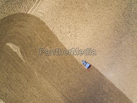 vista aerea del tractor en granja