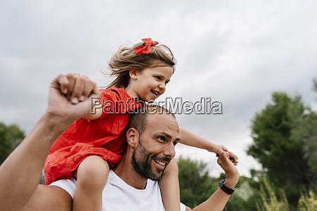 hombre feliz llevando a su hija