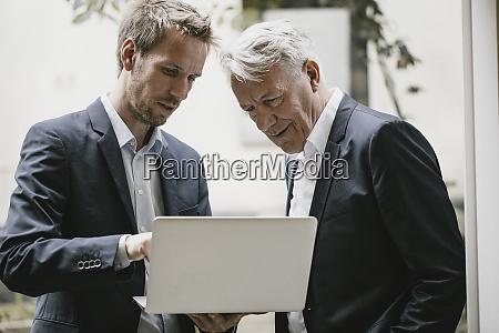 dos hombres de negocios de pie