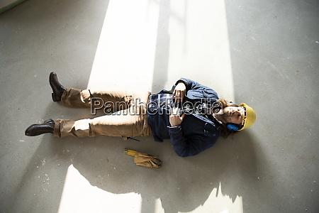 trabajador de la construccion durmiendo en