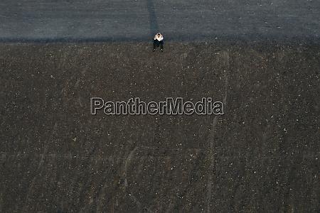 empresario masculino sentado en la colina