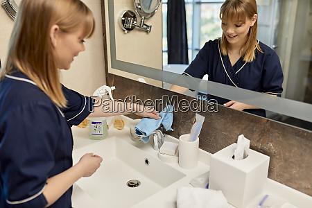 grifo de camarera sonriente del lavabo
