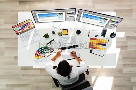 artista disenyador grafico trabajando en varias