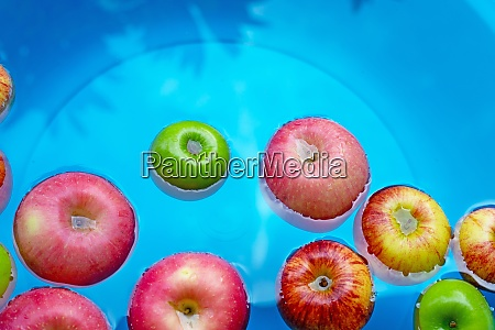 lavar manzanas frescas en el agua