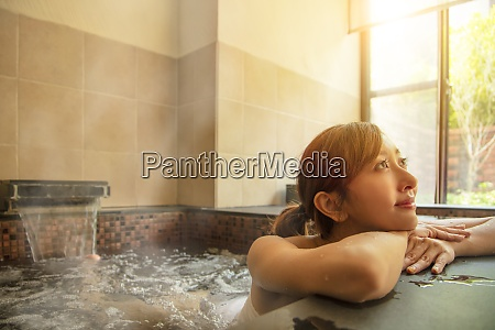 hermosa asiatica mujer joven relajante en