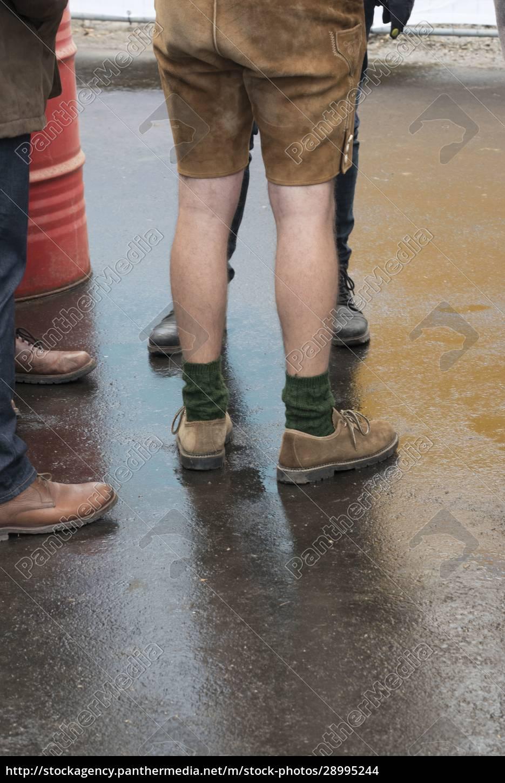 hombre, con, pantalones, de, cuero, tradicionales - 28995244