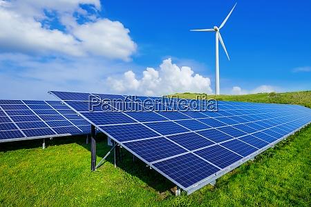paneles solares y un aerogenerador contra