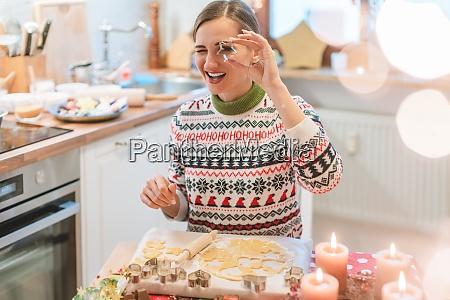 mujer en la cocina de navidad