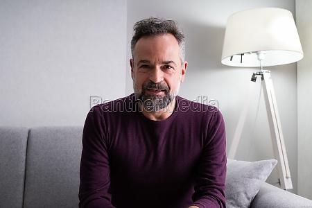 retrato de hombre en casa