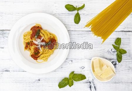 bodegon con espaguetis con salsa de