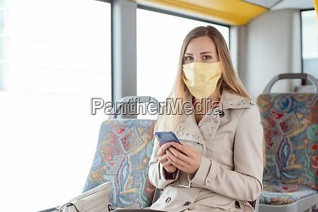 mujer usando telefono en el autobus