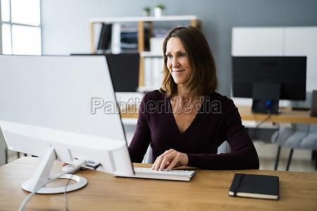 mujer en la oficina usando computadora