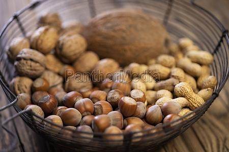 bodegon con cacahuetes de avellana nuez