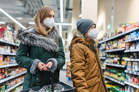 compras familiares en supermercado durante la