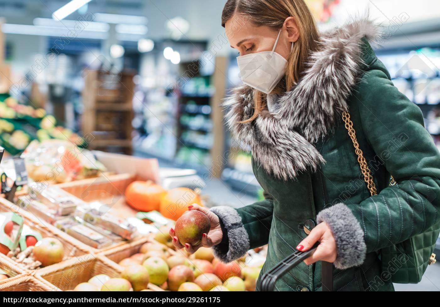 mujer, con, máscara, facial, ffp2, comprando - 29261175