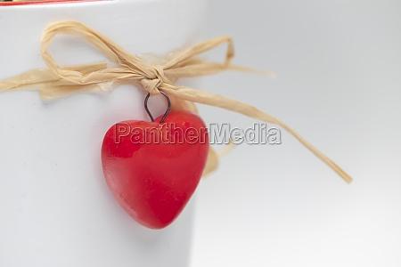 dos corazones rojos sobre fondo blanco
