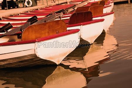 barcos amarrados en un lago paris