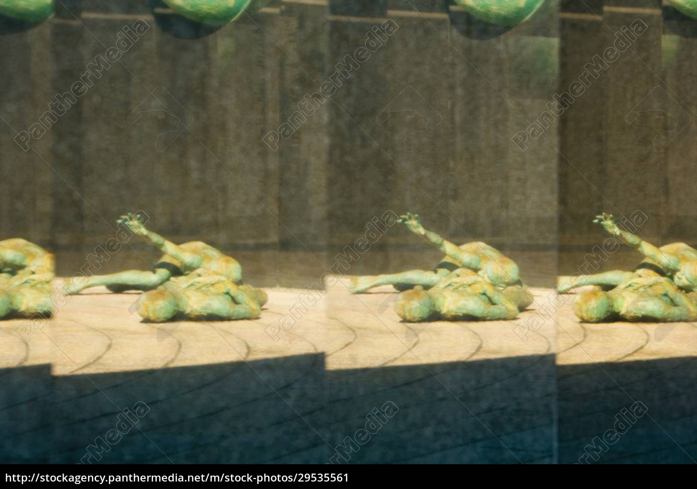 reflection, of, a, statue - 29535561