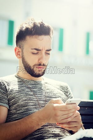 joven usando telefono inteligente