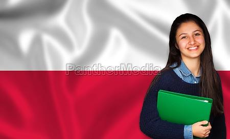 estudiante adolescente sonriendo sobre bandera polaca