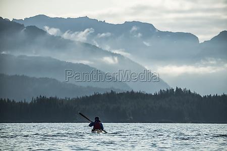 kayaker remando en prince william sound