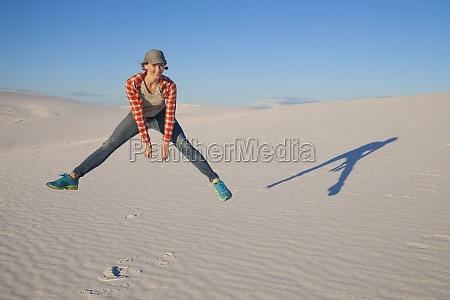 una joven salta en el aire