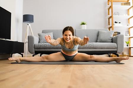 joven en split stretching sport pose