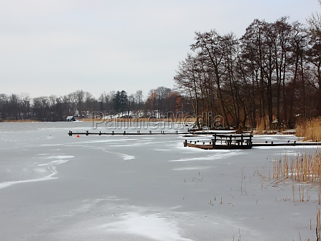lago de invierno con agua congelada