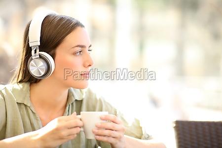 mujer relajante escuchando musica en una