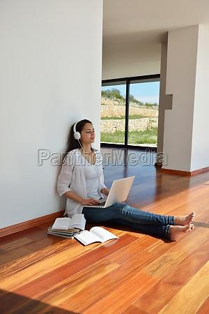 mujer joven relajada en casa trabajando